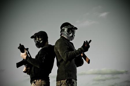 Due uomini con maschere airsoft azienda fucili