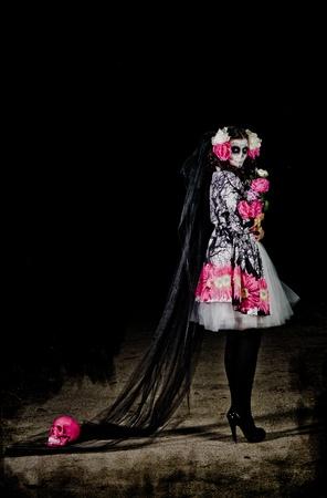 Una donna in costume di Halloween e del cranio fiori di partecipazione trucco Archivio Fotografico