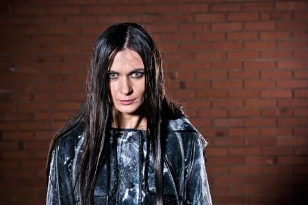 tremp�e: Jeune femme avec un regard en col�re apr�s elle a �t� mouill� par la pluie Banque d'images