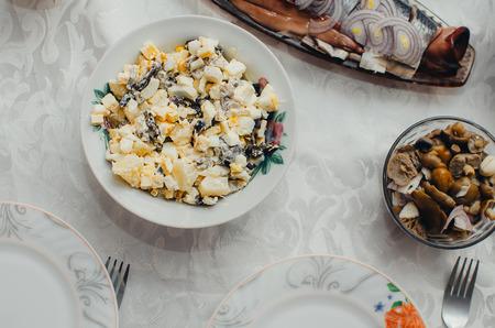 ensaladilla rusa: la mesa de fiesta sabrosa