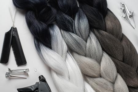 Kanekalon. Farbige künstliche Haarsträhnen. Material zum Flechten von Zöpfen