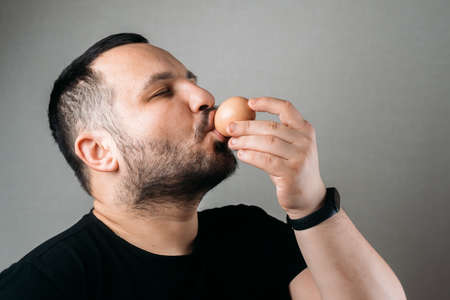 a man drinks a raw egg 版權商用圖片