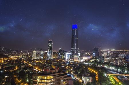 Vista nocturna de Santiago de Chile con el cielo estrella
