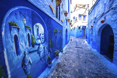 Traditionelle blaue Berberhäuser in Chefchaouen, Marokko. Chefchaouen ist eine Stadt im Nordwesten Marokkos. Chefchaouen ist bekannt für seine Gebäude in Blautönen. Standard-Bild - 87632937
