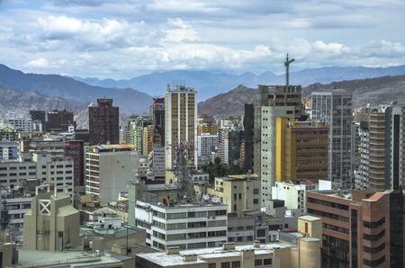 Basílica de San Francisco y la bandera rojo-verde de La Paz en la Plaza de San Francisco en el centro de la ciudad en La Paz, Bolivia