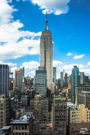 Cidade de Nova York. Skyline do centro de Manhattan com Empire State Building e os arranha-céus iluminados no por do sol. Vista aérea, de, nova iorque