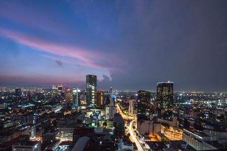 Panoramiczny widok na wieżowce w centrum Meksyku o zachodzie słońca przed nocą. Zdjęcie Seryjne