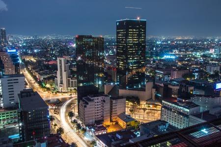 Panoramiczny widok na wieżowce w centrum Meksyku o zachodzie słońca przed nocą.