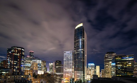 The Seattle Skyline downtown at night with Columbia tower 版權商用圖片