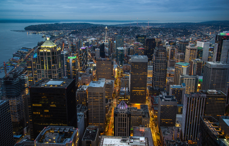 The downtown skyline at night, in Seattle, Washington. 版權商用圖片