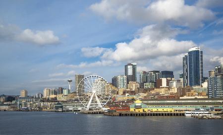 Seattle skyline from Bainbridge island ferry with water 版權商用圖片