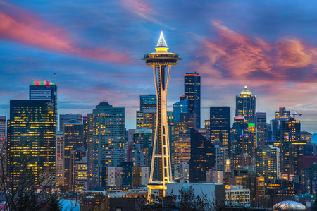 Seattle city skyline at dusk. Downtown Seattle cityscape at night Imagens