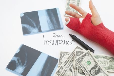 splint: Brazo vendado, xray imprime, pluma y billetes de dólares. Mano se vende en yeso rojo y tablilla en oreder para apoyar el proceso de curación. Foto de archivo