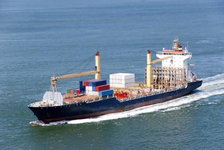 autobotte: Nave container viaggio in un porto lontano dove sar� scaricare il suo spavento Archivio Fotografico