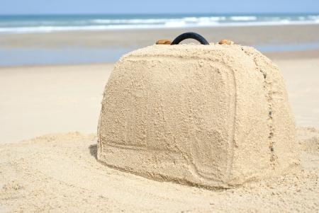 Koffer auf abgelegenen Strand gemacht aus Sand. Es gibt viel Platz für Ihr Schreiben