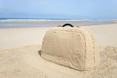 maleta: Maleta de playa remota hecha de arena. Hay un mont�n de espacio para su escritura
