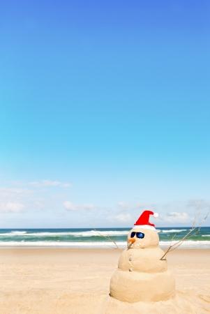 bonhomme de neige: Bonhomme de neige sur la plage avec des coquillages que des verres bouche et le soleil