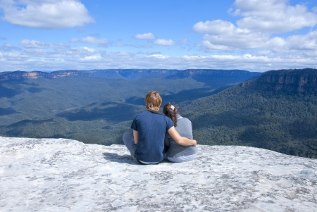 Pareja hetero disfrutar de vistas panor�micas de las monta�as azules, cerca de Sydney, New South Wales, Australia photo