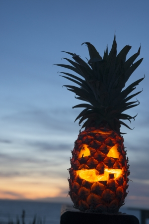 Tropical linterna piña de halloween, con copia espacio