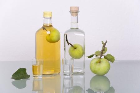 Apple-innen Flasche mit Likör, Schnaps oder Obstwasser gefüllt Standard-Bild