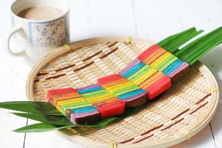 Pastel de colores pastel o Kek Batik Sarawak en una bandeja de bambú