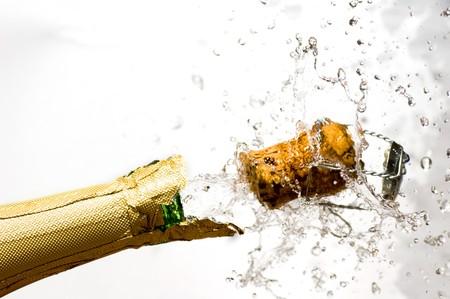 brindisi spumante: Close-up di esplosione bottiglia di champagne in sughero Archivio Fotografico