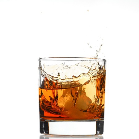 scotch: Whiskey splash studio geïsoleerd op witte achtergrond Stockfoto