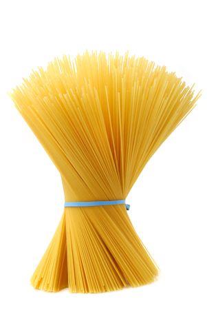 spaghetti: Ongekookte spaghetti studio geïsoleerd op witte achtergrond Stockfoto