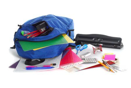 fournitures scolaires: Retour � l'atelier de fournitures scolaires isol�s sur fond blanc Banque d'images