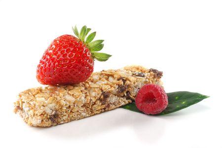 barra de cereal: Imagen de barra de cereales y frutas estudio aislado sobre fondo blanco