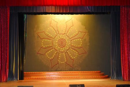 rideaux rouge: Sc�ne avec rideaux rouges et les projecteurs sur le plancher de la sc�ne Banque d'images