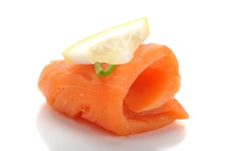 saumon fum�: Gros plan de saumon fum� servi sur plaque avec citron Banque d'images