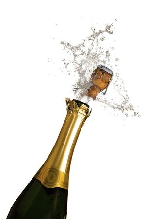 brindisi champagne: Close-up di esplosione di tappo di champagne bottiglia