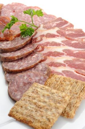 Extreme close-up de la imagen de salami con la sirve con galletas Foto de archivo - 12275098