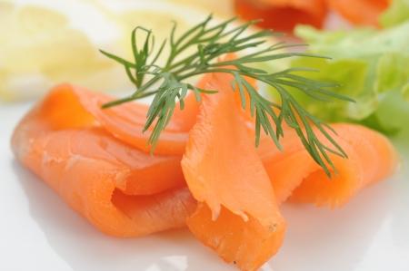 saumon fum�: Gros plan de saumon fum� servi avec des craquelins, de citron et salade