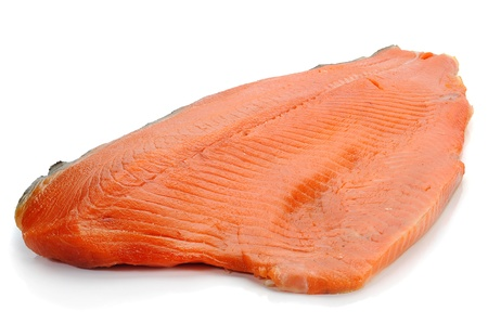 salmon ahumado: Primer plano de estudio de salmón ahumado sobre fondo blanco