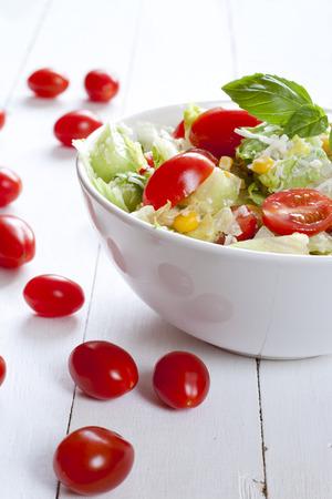 ensalada tomate: ensalada de tomate con pepino, maíz, queso y albahaca