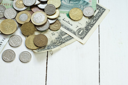 signo de pesos: Dinero en efectivo en la mesa: dólares, euros, rubl Foto de archivo