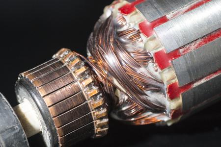 Pièces de moteur électrique isolé sur noir Banque d'images