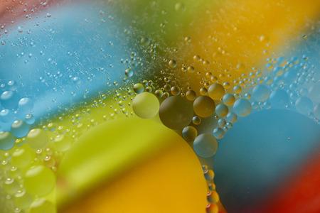 Aceite flotando en el agua Foto de archivo