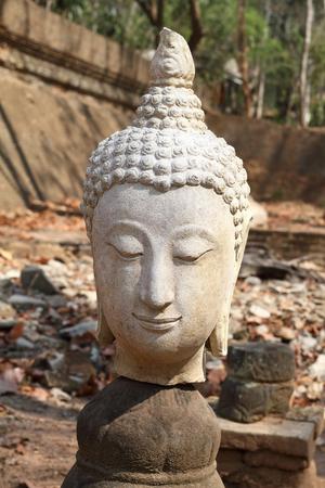 cabeza de buda: Buda, la cabeza rota