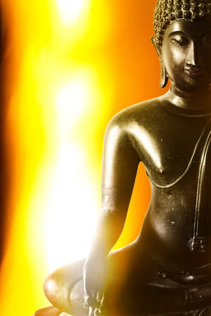 Buddha images and golden yellow light look warm as a backdrop. Foto de archivo