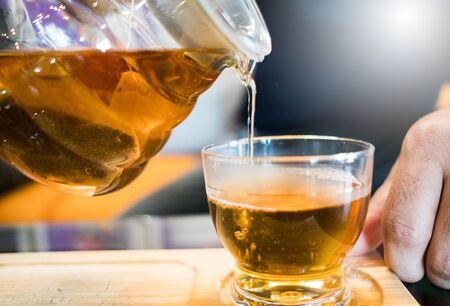 Stop motion to make hot tea, put in a soft light tea glass Foto de archivo