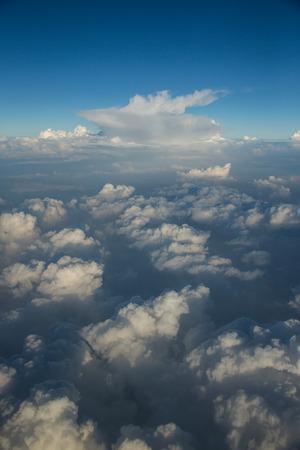 白い雲と青い空ウィンドウ飛行機から