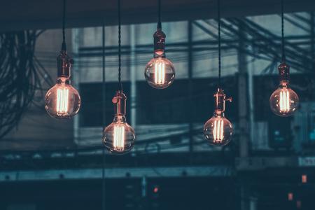装飾アンティーク エジソン led ライト スタイル フィラメント電球、ワイヤの背景色ビンテージ スタイル、タイのグラフィック 写真素材 - 82097443