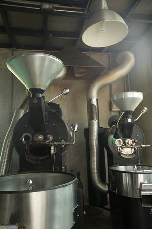 最高のプロのコーヒー焙煎クリーン探して光沢のあるステンレス部分とコーヒー豆の焙煎機、新しいの新鮮な焙煎豆ロフト スタイル 写真素材