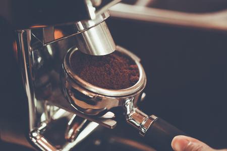 バリスタの手を張って色ビンテージ スタイル、タイ醸造コーヒーのエスプレッソ マシン、portafilter