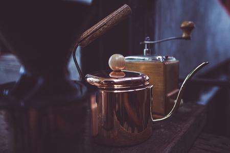 銅のケトル ・ コーヒー グラインダー古いスタイル、背景ぼかし。色ビンテージ スタイル、タイ