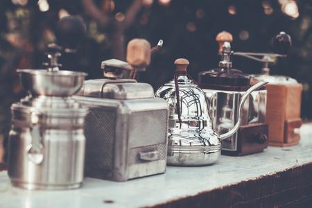 コーヒー グラインダーぼかし背景木材の古いスタイル。色ビンテージ スタイル、タイ