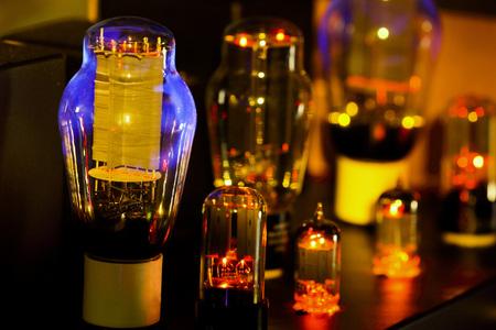 夜の写真のこんにちは fi の真空管アンプの昔ながらの電子デバイスのアンプ音場再現用白熱電球ダイオード ランプと。ランプのみに焦点を当てる